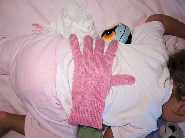 put-a-bean-filled-glove-on-your-babys-back-when-you-want-your-kids-to-feel-loved_1480344041