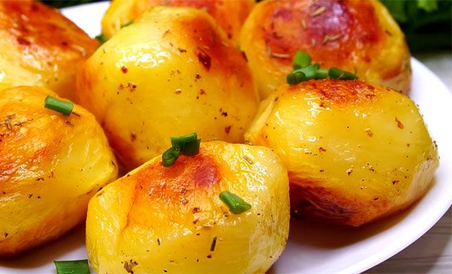 Держим картофель в воде со льдом, а потом готовим. В итоге внутри нежнее нежного, а снаружи корочка
