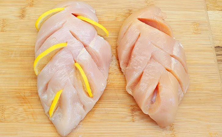 Куриная грудка с лимоном и яблоком: делаем надрезы и закладываем фаршировку внутрь для обильного сока